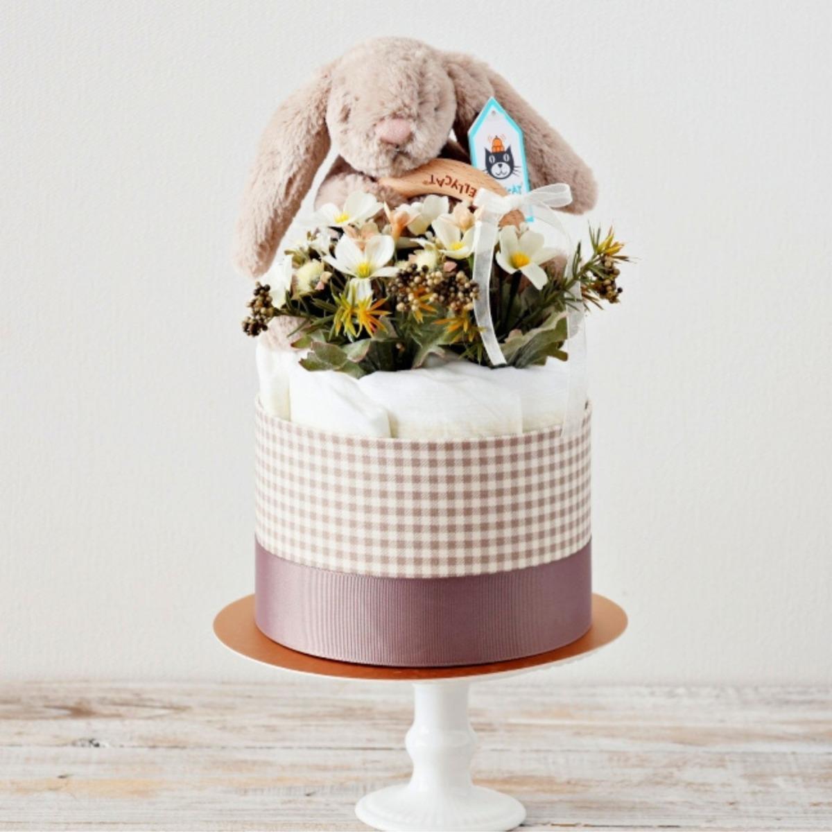 【おむつケーキ】ジェリーキャット うさぎのぬいぐるみ付き ダイパーケーキ Bashful Beige Bunny Wooden Ring Toy